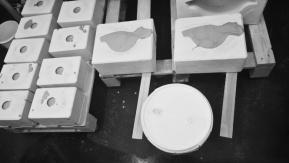 Gipsformar fyllda med gjutlera