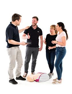 Boka en HLR-repetitionskurs – på bara 1 timme har du färska kunskaper som gör att du känner dig trygg att göra hjärt- och lungräddning på en olycksplats.