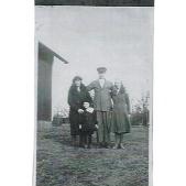 Erik Lundqvist med fru Helga, dotter Margit och Majsan, en systerdotter till Helga, som bodde hos Lundqvists.