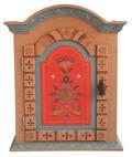 Väggskåp med färgsättning och dekorer   inspirerade av 1700-talets allmogemåleri