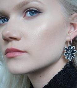 Blomma örhängen - Örhängen svart