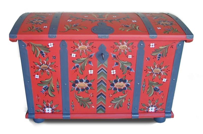 Brudkista i 1800-talets varmröda bottenfärg, med handgjorda beslag och lås. S.Pounu har snickrat brudkistan