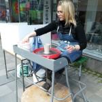 Ann-Louice Abrahamsson drejar / Ann-Louice Abrahamsson works with ceramics