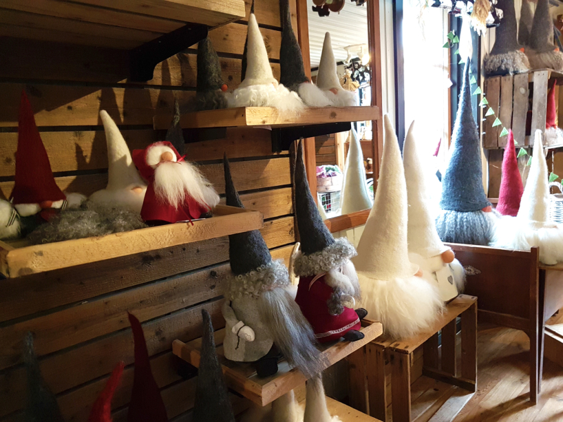 Hantverksateljé med hantverk i ull, gåvor, presentförpackningar, företagsgåvor, julklappar & en massa ulliga och gulliga saker i ull eller inspirerade av får.