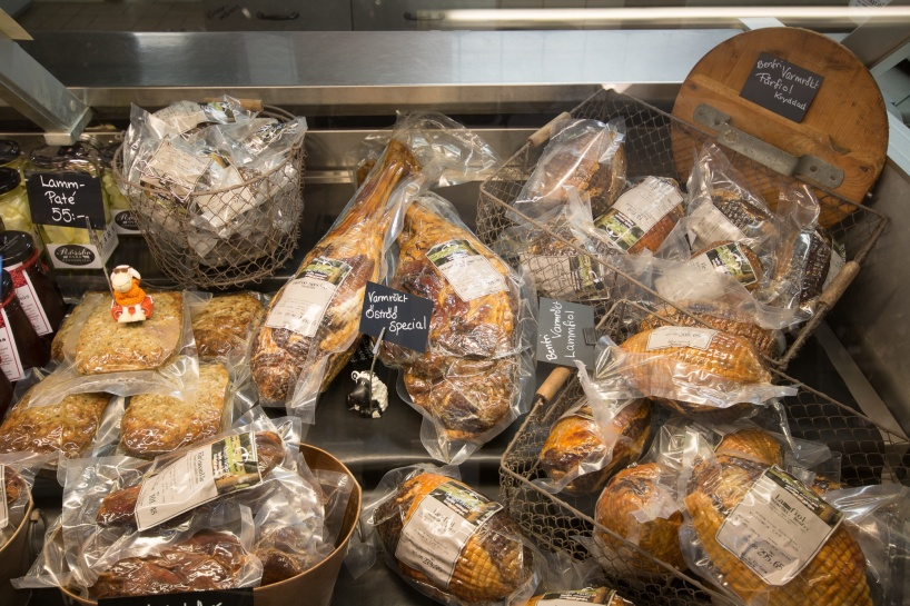 Lammkött i Halland.  I gårdsbutiken på Öströö fårfarm kan du köpa lammkött & våra chark delikatesser så som lammkorv mm. Beställ helt/halvt lamm…