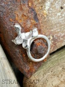"Gjuten silverring ""korall"" - 695 kr"