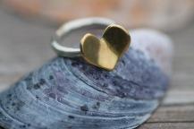Silverring med kupat mässingshjärta - 595 kr