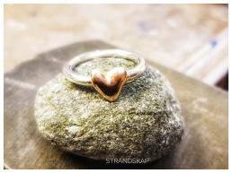 Ring i 925silver  med gjutet guldhjärta.  Görs på beställning med ditt eget guld. 750 kr.