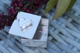 Hjärtask till ringar eller kanske örhängen?  Går även att beställa med annan garnering! L:3 cm, B:2,5 cm, H:1;5 cm. Pris: 1.650 kr