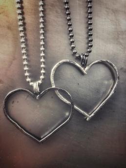 Halsband i 925silver med stort, hamrat hjärta, oxiderat med silverkedja eller silver med oxiderad kedja (kullänk). Längd ca 50 cm - 1.250 kr.