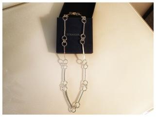 Kedja i 925silver med blandade, lödda ringar och stavar i olika utföranden och handgjort lås. Längd ca 45 cm. Pris: 1.750 kr.