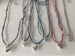 Halsband med handgjutet hjärta i 925silver i reglerbart sidenband i olika färger och Strandskapstag - 450 kr.