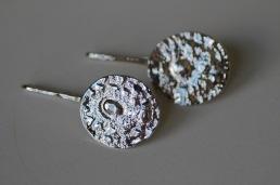 Lätt ovala örhängen i 925silver med valsat mönster. Längd ca 3,5 cm. Bredd ca 1,7 cm - 850 kr