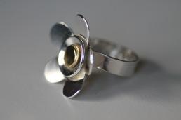 Ring i 925silver med stor blomma med mässing i mitten.  Ca 5 mm bred ringskena och 3 cm blomma - 1.250 kr