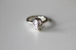 Ring i 925silver med gjuten dödskalle på 3 mm ringskena - 750 kr