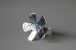 "Ring i 925silver med stor, hamrad ""havsanemon"" på 5 mm bred ringskena - 850 kr"