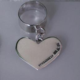 Ring i 925silver med stort, hängande hjärta i ring. 10 mm bred ringskena 1.250 kr