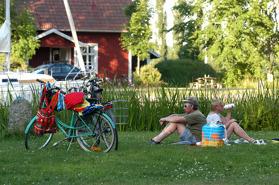 Picknick i Hajstorp längs Göta kanal