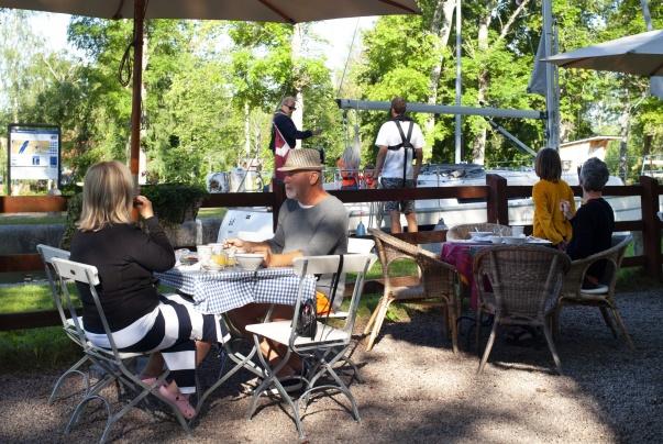 Slussning vid Hajstorps slusscafe