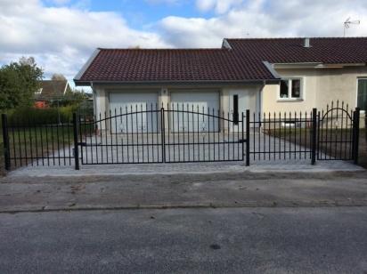 Malmö 4 meters med Somfy motor ock Malmö gånggrind samt Lund staket