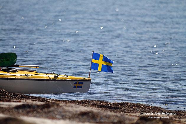 Klart man för flagg även på en havskajak...