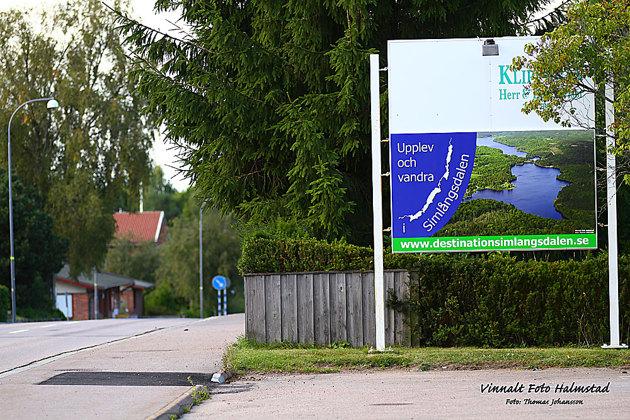 Den här reklam skylten står vid väg 25 mitt i Simlångsdalen...med en flygbild över sjösystemet som jag flygfotograferat.