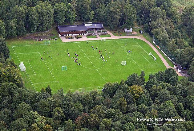En vända till Kvibille där en bild över deras fotbollsplan som ligger riktigt vackert .