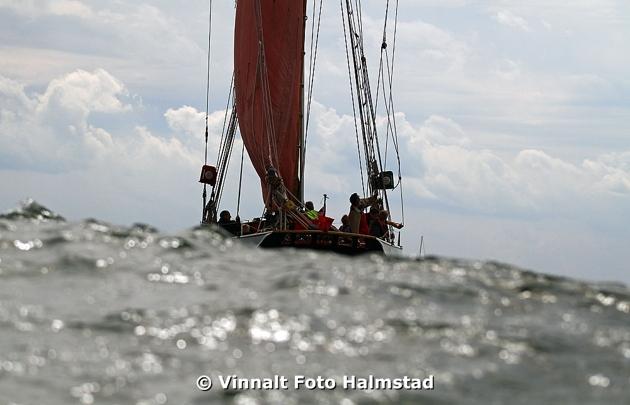 """Blåste rätt bra den dagen fartygen lämnade Halmstad, men jag fixade uppdraget med """"Pappparazzi"""" en 4,5 m snabbgående öppen båt."""