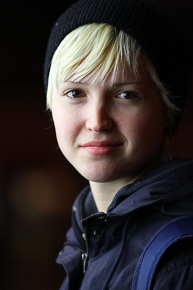 Ett porträtt på ett systerbarn utanför fotografiska där jag som enda ljuskälla använde en reklamskyllt,,,man tager vad man haver...