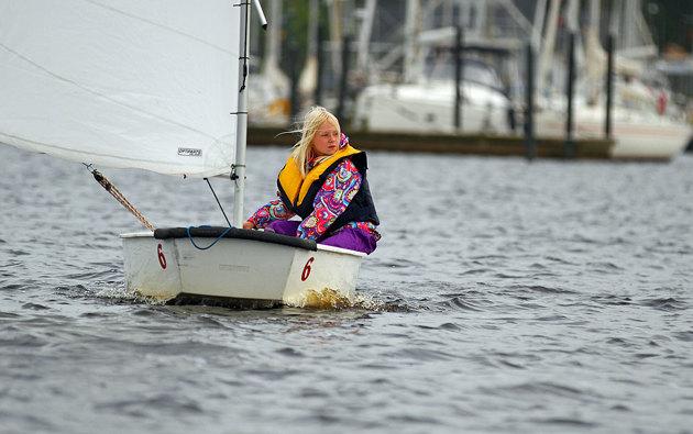 Även om tjejen aldrig skulle segla mer i sitt liv så kommer hon ihåg friluftsdagen (eller vad det heter nuförtiden) kombinerat med segling och plåtning...
