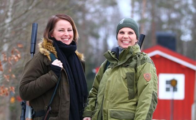 Två glada Norska tjejer innan sitt natt pass.