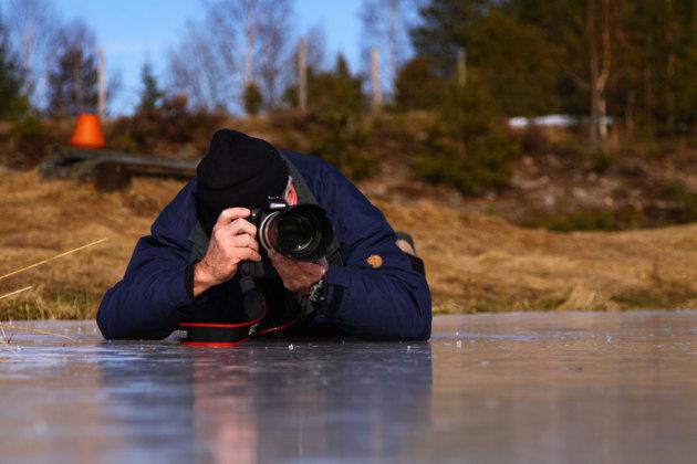 Isen blir liksom lite fuktig så här i vårsolen...men visst ja det var ju kameran som gjorde jobbet.. Bilden är dessutom ett självporträtt där min andra kamera var riggad på isen och via fjärrstyrning kunde jag fyra av.
