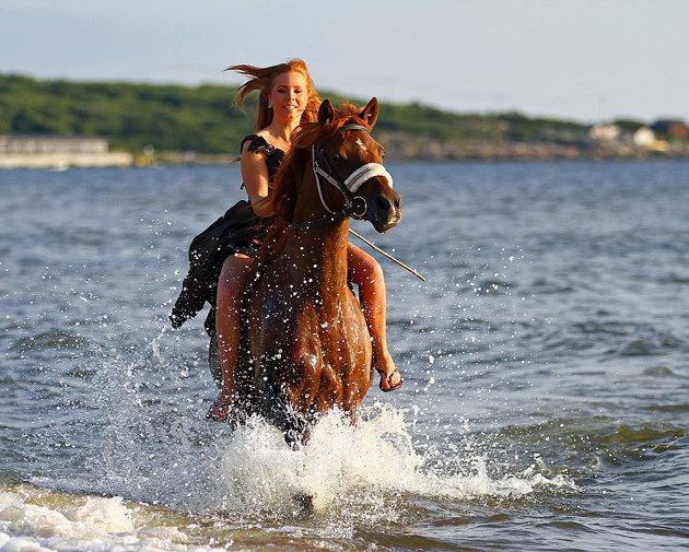 Tjejer/kvinnor gillar jag att hänga på en långklänning och sen ut och rasta sin häst i vattnet.