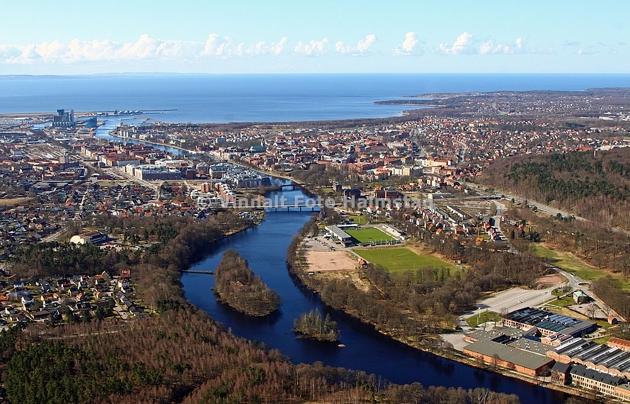 Del av Halmstad och med Nissan ringlande ut mot havet.