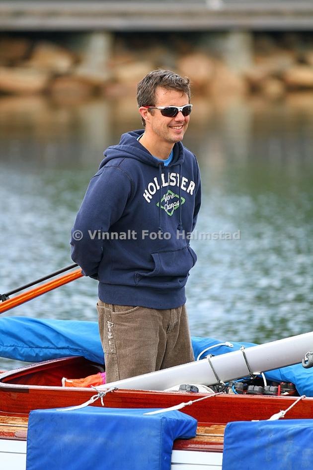 Kronprins Frederik under bogsering i Båstad hamn