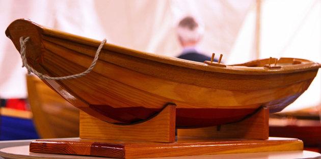 Träbåtsavdelningen som vanligt undangömnd..varför?? Bättre dom gömnt den nya Bavaria 36 som dessutom har dom fulaste ruffventiler jag sett!! Båten på bilden är ett modellbygge.