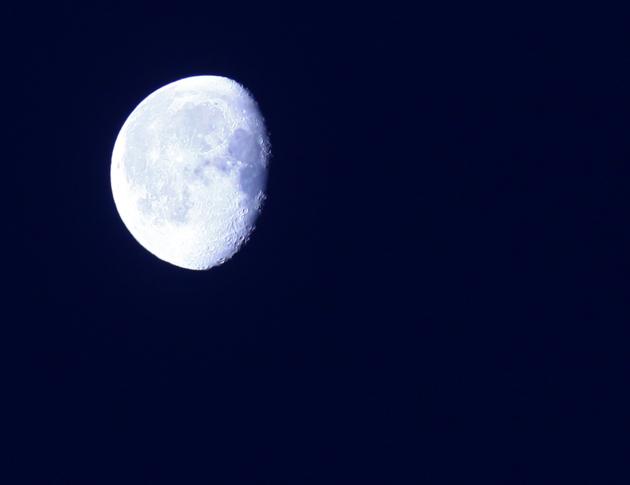Bilden är klickbar och man ser tydligt månens skrovliga yta  till höger i bild. Utbrända högdagrar mot solen..tja man kan inte få allt!!