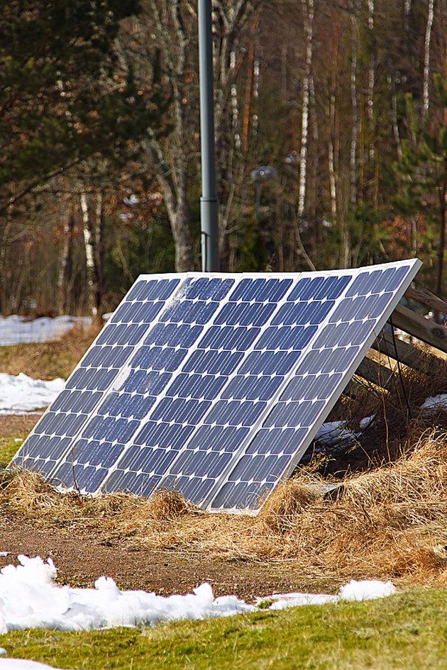 Min solcellsannläggning producerar i bästa fall 0,5 kWh och har gett mig el i många år. Solceller ger likström men inne i huset sitter en växelriktare som omvandlar likströmmen till växelspänning...