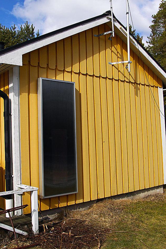 Luftsolfångaren ger varm och torr luft in i huset. Sitter en vanlig solcell inne i annläggningen som i sin tur driver en liten fläkt. Driftkosnat 0 kr.