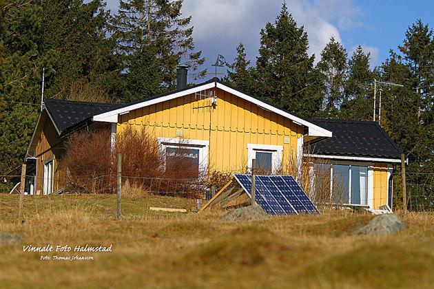 Har kommit underfund med att jag inte bor helt fel....Solcellspanelen levererar ca 0,5 kWh.