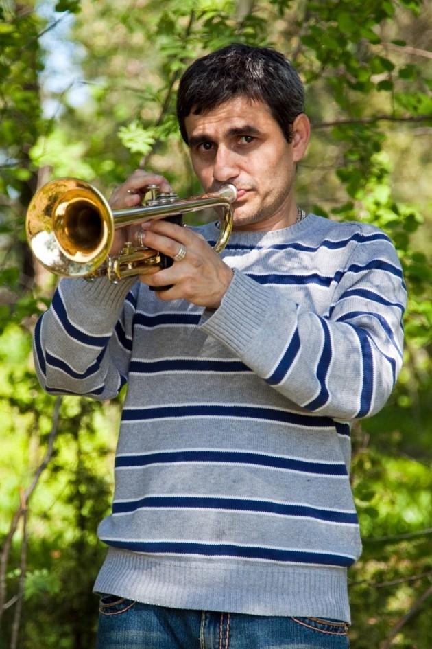 Trumpet spelande man i ett skogsparti...