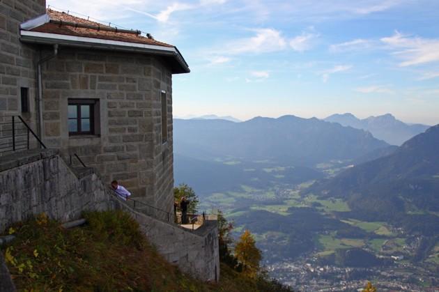 """En imponerande utsikt från örnnästet. Berget i bakgrunden är """"Lattengebirge"""""""