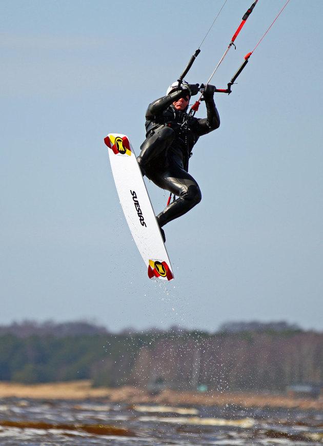 En bild jag tog på V stranden...Kitesurfing, även vattnet efter brädan är fryst