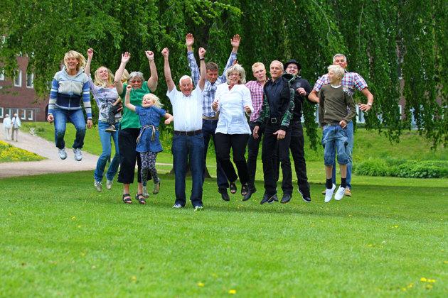 En bild från en familjesession igår Norre Katts Park i Halmstad. OK seriös när man tar porträtten men lite spex måste fram.