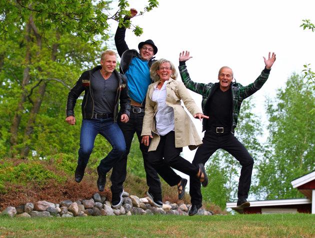 Hopp är som bekant en grej jag kör med vid porträtt fotografering. Nästa helg ska  jag få 17  personer att hoppa samtidigt, vid en familje session...en sann utmaning. I min värld är detta en helt OK familjebild!!