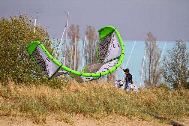 Kitesurfarna la ner för dagen, för lite vind.