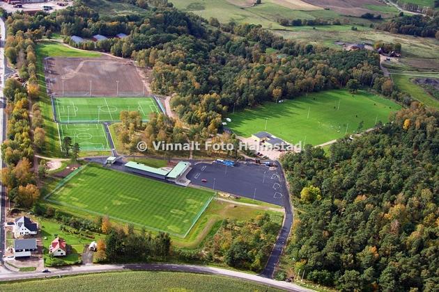 Detta är Skedalas nya anläggning, gräsplanen till höger är Halmstads brukshundsklubb. Här ska tydligen invigningen ske till våren. Även här konstgräs och det är planen i mitten.
