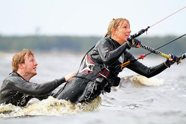 Man tränar utan bräda i vattnet för att få kontroll på skärmen först....då hjälps man åt att hålla igen för det bär iväg rätt bra..
