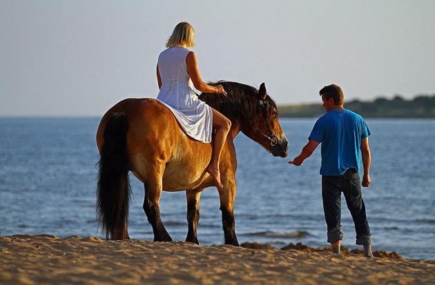 Meningen var att ta bilder när Christel red ute i vattnet men hästen ville inte så trots mutor med morötter mm.