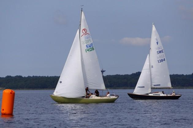 Den gröna båten till vänster i bild är en IF. Folkbåten ligger akter om den (bakom)